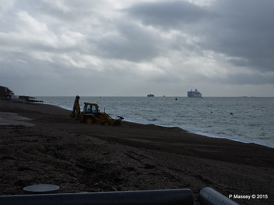 Clearing shingle from Hoverport NORMANDIE approaches Portsmouth PDM 15-01-2015 13-04-54