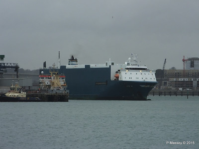 AUTO BAY reversing in to Berth 31 Passing VICTORIA C Southampton PDM 28-02-2015 15-09-015