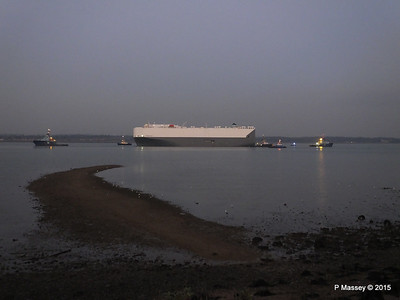 HOEGH OSAKA tow to Berth 101 passing Hythe PDM 22-01-2015 17-09-15