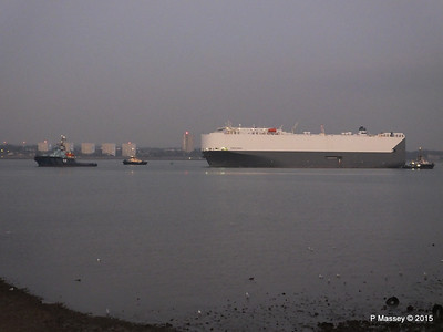 HOEGH OSAKA tow to Berth 101 passing Hythe PDM 22-01-2015 17-07-57