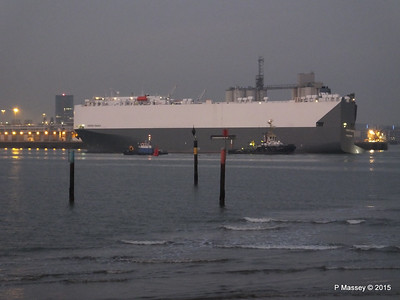 HOEGH OSAKA tow to Berth 101 passing Hythe PDM 22-01-2015 17-12-034