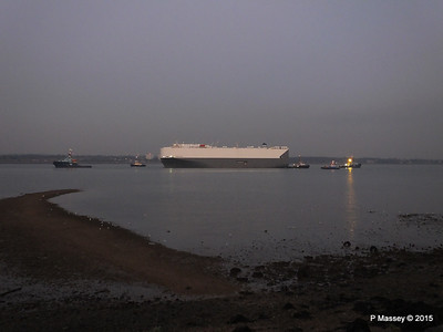 HOEGH OSAKA tow to Berth 101 passing Hythe PDM 22-01-2015 17-08-41