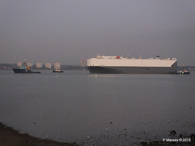 HOEGH OSAKA tow to Berth 101 passing Hythe PDM 22-01-2015 17-07-060