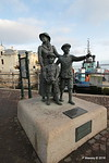 Sculpture Annie Moore & Brothers 1st US Immigrants Ellis Island Cobh 17-12-2016 14-19-18