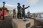Sculpture Annie Moore & Brothers 1st US Immigrants Ellis Island Cobh 17-12-2016 14-19-30