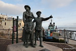 Sculpture Annie Moore & Brothers 1st US Immigrants Ellis Island Cobh 17-12-2016 14-19-25