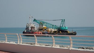 GULF WHALE Crane barge ANV 15 Crescent East The Palm Jumeriah Dubai PDM 25-03-2016 10-17-26