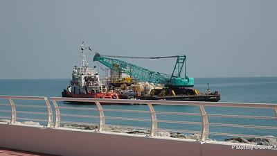 GULF WHALE Crane barge ANV 15 Crescent East The Palm Jumeriah Dubai PDM 25-03-2016 10-17-25