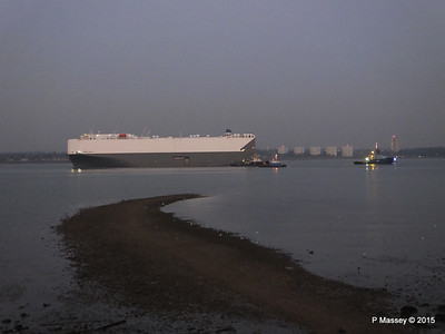 HOEGH OSAKA tow to Berth 101 passing Hythe PDM 22-01-2015 17-10-10