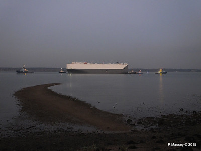 HOEGH OSAKA tow to Berth 101 passing Hythe PDM 22-01-2015 17-09-16